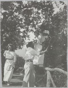 Imperador Nicolau II se divertindo com suas filhas as Grã-duquesas Marie (a esquerda) e Tatiana.