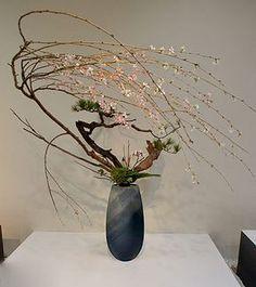 Ikenobo-arrangement-with-wonderful-blossoming-flowers-(Otomodachi)