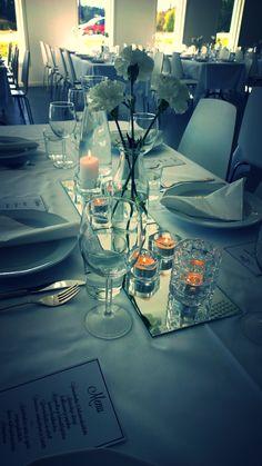 Hääkattaus. Peililasin päälle kukat ja kynttilät. Sopii hyvin Willa Söderin tyyliin.