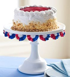 LOVE the patriotic bunting around the cake stand