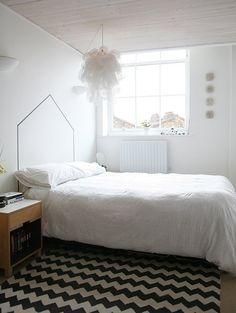 Branco + preto + dourado + cama perto da janela