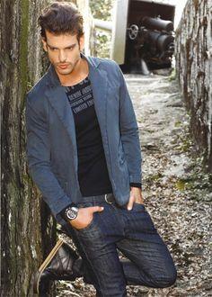 1Estilo masculino em calça jeans e blazer