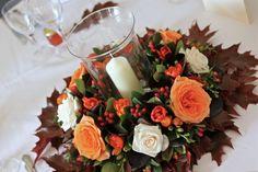 Hochzeit im Herbst - Ein Blumenkranz mit Laubblättern und Kerze