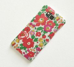 Diy Fabric Covered Phone Case  •  Free tutorial with pictures on how to make a phone case in 3 steps
