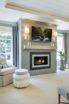 Un motif de chevron fait de lambris comme revêtement de foyer. / An herringbone pattern made of panelling to dress up the fireplace mantel. Fireplace Mantel Decor, House, Family Room, Home, Home Fireplace, Fireplace Design, Farmhouse Fireplace Mantels, Modern Fireplace, Remodel Bedroom
