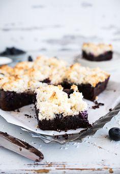 saftiger Brownie mit Heidelbeeren und Kokosmakronen Topping - Meine Küchenschlacht