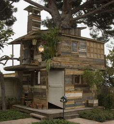 Salvaged wood + various found objects + a tree = this fantastic tree house / cabin. A great example of junkitecture, isn't it? Thumbs up for artist Ethan Hayes-Chute, who built it in collaboration with Jean-Paul Lespagnard.