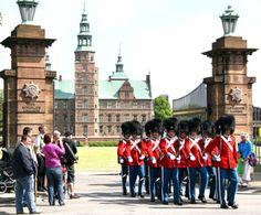 Rosenborg Slot, slot i København, tidligere kongeligt lystslot, opført 1606-34 for Christian 4.