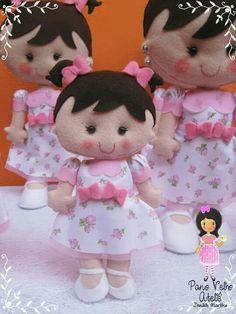 Boneca feltro Felt Crafts Dolls, Felt Dolls, Crochet Waffle Stitch, Felt Diy, Diy Doll, Cute Dolls, Fabric Dolls, Doll Patterns, Beautiful Dolls