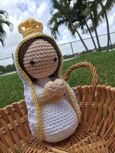 Archivo PDF de patrón para hacer una hermosa muñeca amigurumi en crochet de la Virgen de Fátima. NO INLCUYE AMIGURUMI. Instrucciones en ESPAÑOL Nivel: intermedio de crochet La virgencita terminada es de 24 cms de alto aprox. **No hay costo adicionales de envío por este PDF. ***Si