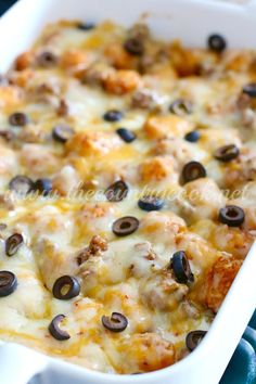 This Tater Tot Enchilada Bake is a family favorite! It is not spicy hot but it tastes like a tater tot taco. I could eat this every night of the week! Tater Tot Recipes, Casserole Recipes, Tator Tot Casserole Recipe, Mexican Tater Tot Casserole, Casserole Dishes, Tater Tot Bake, Tater Tot Nachos, Tater Tot Hotdish, Hamburger Casserole