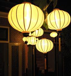 Gele lampionnen van Lampionsenzo. Creatief met licht en techniek.