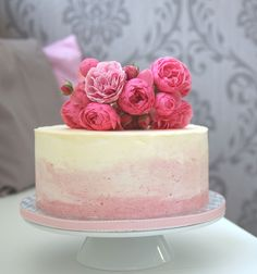 www.KUCHENmitSTIL.at - The finest Pastry - elegant buttercream cake ombre blush pink with fresh flowers
