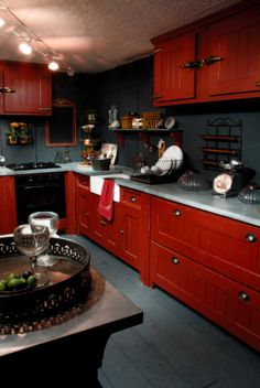 AnticLine cuisine rouge Red And White Kitchen, Red Kitchen, White Cabinets, Kitchen Cabinets, Red White Blue, Red Burgundy, Recycled Furniture, Breakfast Nook, Decoration