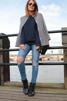 look: jersey azul rayas marineras y pantalones desgastados
