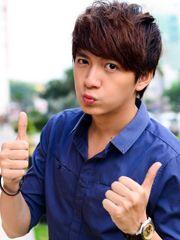 Hình ảnh ca sĩ Ngô Kiến Huy hot boy đẹp trai của làng ca nhạc Việt xuất hiện với hình ảnh nhí nhảnh, hài hước với thời trang giản dị