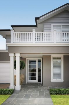 As councils around Australia continue to tighten residential building guidelines, making it increasingly difficult for homeowners to navigate the building and renovating process, luxury home builder Porter Davis has embraced the challenge and created The Hamptons Style Homes, Hamptons House, The Hamptons, House Paint Exterior, Exterior House Colors, Exterior Design, Casas California, Rendered Houses, Weatherboard House