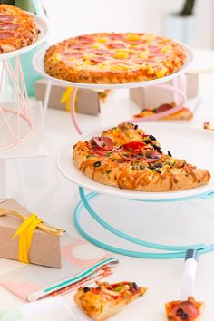 Because you always need to have 3 clever ways to serve pizza on hand! - sugar and cloth