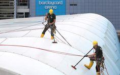 Professionelle Reinigung der Volksbank Arena in Hamburg: abgestimmte Reinigungsverfahren ✓ frischer Glanz ✓ gerüstloses Arbeiten ✓ Strahlendes Ergebnis