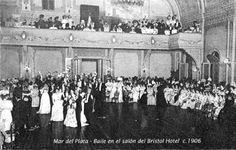 Baile de etiqueta en el salòn del Hotel Bristol, donde se reunía lo más granado de la aristocracia argentina. Foto de 1906