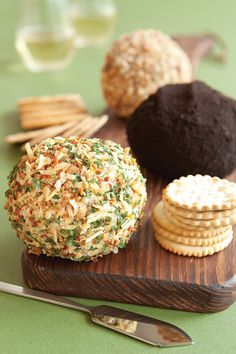 Onion & Bacon Cheese Ball - love this, it's always a hit! Epicure Recipes, Snack Recipes, Healthy Recipes, Snacks, Fromage Vegan, No Cook Appetizers, Party Food And Drinks, Cheese Ball, Appetisers