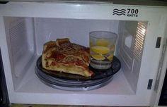 Para calentar pizza o pan en el microondas y que quede crujiente, solamente tienes que meter un vaso con agua dentro. Cuando calientes sobras de comida, deja un hueco en medio para asegurar que la comida se caliente de modo más homogéneo Para calentar dos cosas