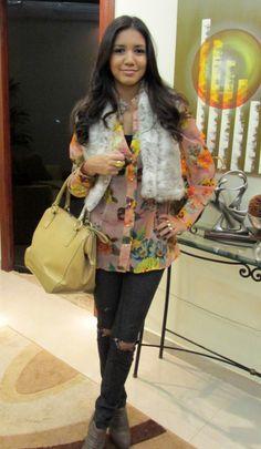 colete, pelo, fur, print, flower, floral, bolsa, bege, nude, bolsa grande, calça rasgada, destroyed, jeans, ankle boot, bota