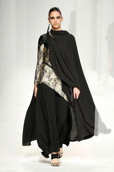 Alvarno MBFWMadrid OI 2018/2019 Superposiciones Árabe o starwars ? Capa Futurism, Starwars, Mercedes Benz, Madrid, Goth, Dresses, Fashion, Mantle, Walkways