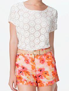 Disfruta de una tarde soleada con una combinación de blusa de encaje y jeans floreados #BlusasTrend