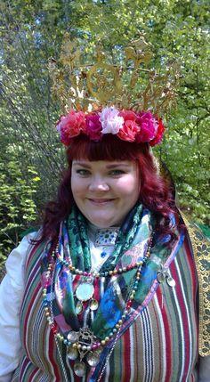 Kronbrud. Bride in full costume. Folkdräkt, dräktsilver, dräktsmycken, brudkrona, Västbo härad, Unnarydsdräkten, Unnaryd, silvesmide, guldsmide, sidensjal, sidenband.