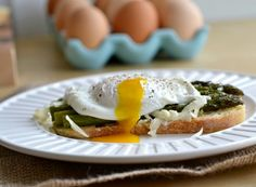 Roasted Asparagus and Poached Egg Canape (via Realistic Nutritionist)