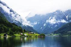 Fiorde de Sogn, Noruega. Em algumas regiões, pequenas montanhas ainda reúnem vilarejos, que tornam a visita pelas falésias ainda mais apaixonante.  Fotografia: Divulgação.