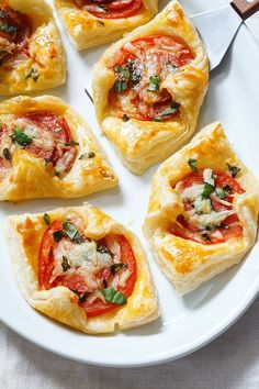 Brunch Recipes 85839 Maybe they're bite-sized, but these Pepperoni Basil Tomato Puffs come with BIG-sized flavors with almost zero effort. Plus, they make the perfect brunch if you consider that Mother's day is j… Quick Appetizers, Finger Food Appetizers, Easy Appetizer Recipes, Appetizers For Party, Brunch Recipes, Delicious Appetizers, Easy Recipes, Tomato Appetizers, Tapas Recipes