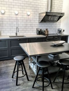 50+ Handsome Gray Kitchen Design Ideas #kitchendesign #kitchenideas #kitchendecor Kitchen Furniture, Home Furniture, Refurbished Furniture, Masculine Kitchen, Laminate Flooring In Kitchen, Steampunk Kitchen, Grey Kitchen Designs, Grey Kitchens, Patio