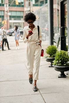 Style 2018 34 NYFW Street Style Outfits That Can Actually Translate Into Real Life New York Fashion Week Street Style September 2018 New York Street Style, Street Style Trends, Street Style Outfits, Street Style 2018, Nyfw Street Style, Street Style Summer, Street Styles, Urban Street Style Fashion, New York Style