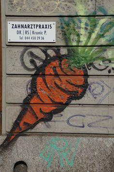 Zahnarztpraxis und eine Karotte. Toller Kontrast! Street Art Zürich. Urban Art in der Schweiz.