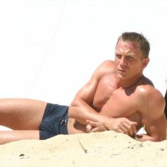 Daniel Craig's workout for James Bond 007 movies (Casino Royal, Quantum Of Solace, Skyfall) was very fine and dandy. Here is Daniel Craig's full workout routine! Daniel Craig James Bond, Daniel Craig Body, Daniel Craig Workout, Rachel Weisz, Daniel Graig, Actrices Sexy, Cinema, Pierce Brosnan, George Clooney