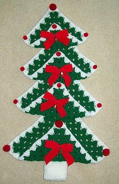 Crochet Granny Square Ideas Hook, Yarn, and Pattern: Granny Square Christmas Tree Knitted Christmas Decorations, Christmas Tree Pattern, Crochet Christmas Ornaments, Christmas Crochet Patterns, Holiday Crochet, Christmas Knitting, Button Decorations, Granny Square Crochet Pattern, Crochet Granny