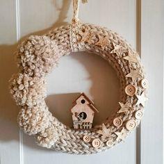 Pomponiasto-gwiazdkowo-guzikowy. Średnica ok. 29cm. Cena 55zł. #wreath #wreaths #wianek #stroik #crafty #christmas #christmaswreath #handmade #rekodzielo #rękodzieło #madeinpoland #polkarobisama #wool #knitting #knitted #cozyhome #cozy #przytulnie Burlap Wreath, Wreaths, Mirror, Instagram, Home Decor, Decoration Home, Door Wreaths, Room Decor, Mirrors