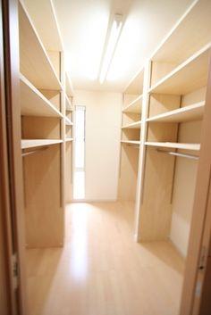 我が家の紹介 - ★わくわく : 達人おすすめ!ウォークインクローゼット収納術・収納例|間取 棚 窓 アイデア画像集 - NAVER まとめ Wardrobe Closet, Room Closet, Walk In Closet, Armoire, Closet Layout, Corner House, Inspired Homes, Mudroom, Wardrobes