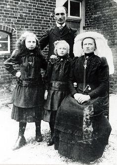 Gezin uit Schaijk, Noord-Brabant 1920 Anna van de Zand (van den Hoogen) met haar moeder, zus en oom. Anna links. Geëmigreerd naar Noord Amerika.