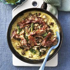 Vilken mumsig omelett! Knaperstekt bacon, svamp och lök smakar utmärkt ihop. Äggen och den rivna osten knyter samman rätten perfekt. Paella, Scones, Bacon, Brunch, Ethnic Recipes, Food, Drinks, Omelet, Drinking