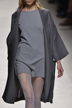 MaxMara at Milan Fashion Week Spring 2014 - Details Runway Photos Grey Fashion, High Fashion, Womens Fashion, Milan Fashion, Style Simple, Style Me, Fashion Details, Fashion Design, Fashion Trends