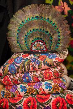 Pană de Păun Bistrița-Năsăud,simbol al judetului Romanian Girls, Folk Clothing, Our Country, Headpieces, Travelling, Bohemian, Culture, Costumes, Traditional