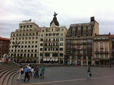 Otra vista de El Arenal, frente al puente del mismo nombre y accediendo desde la Plaza Circular. CasoViejo. Bilbao.