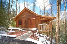 Gatlinburg, TN: This Gatlinburg cabin is private, all-wooded, and is only 1/2 mile off the highway between Gatlinburg & Pigeon Forge. Brand new Home Theater Room feat...