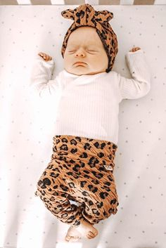 This super sweet warm set of textured Camel Cheetah leggings and turban hat is great for preemies, newborns, babies and toddlers! Each piece is flawlessly handmade, stylish for your baby and makes a great gift that anyone can be proud to give to a lucky mom and baby. #cutebabyclothes #trendykidsclothes #preemieoutfit #babyshowergiftidea #handmadewithlove