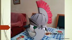 Casco Romano disfraz Cardboard Crafts, Foam Crafts, Diy And Crafts, Paper Crafts, Elmo, Diy For Kids, Crafts For Kids, Asterix Y Obelix, Roman Helmet