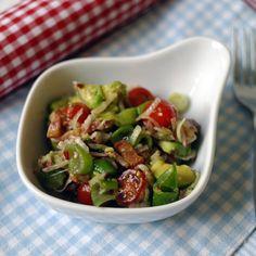 Der Mann und ich sind schon seit Jahren diesem superleckeren Salat verfallen. Er passt einfach zu (fast) allem und ist im Sommer wie im Winter – mit Reis, Brot oder zum Grillen, zum Picknick, allein, als Beilage – einfach immer prima. Die Zutatenliste löst bei vielen Leuten erst einmal Stirnrunzeln aus (Radieschen?!). Hat man aber einmal probiert, will man eigentlich nur noch diesen Salat essen.