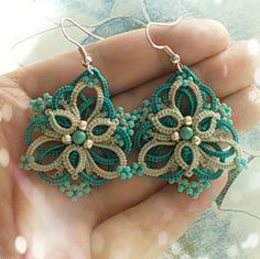 VK.com: Marishka Koroleva Летние сережки) Tatted and beaded earrings with stacked rings #tatting #jewelry #lace